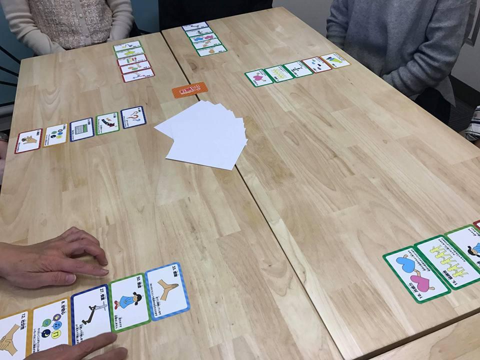 選んだ5枚のカードは、みんなに見えるように並べます。